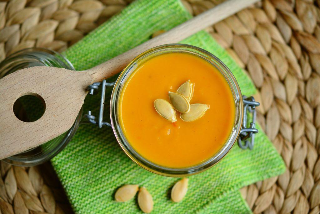 Im Herbst wird das Essen deftiger. Unser Rezept der Woche nutzt die Jahreszeit und hilft ihnen mit Kürbis sich gesund und lecker im Büro zu ernähren.
